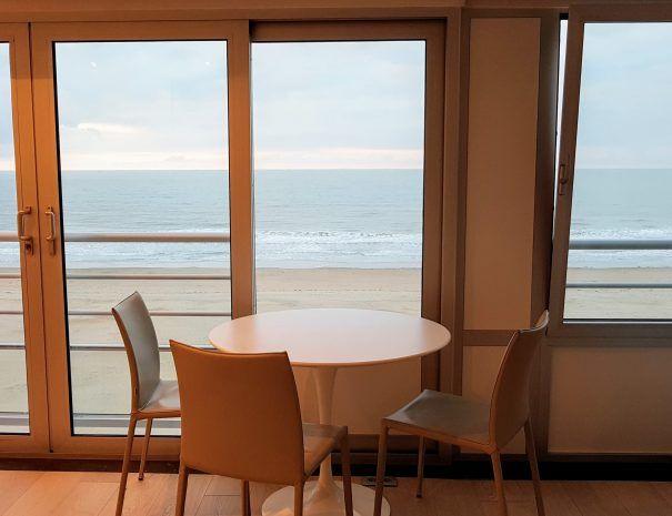 Appartement_zeezicht_oostende_de-loft_eetafel_dicht-bij-zee-strand