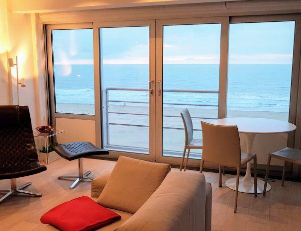 Appartement_zeezicht_oostende_de-loft_eetafel_dicht-bij-zee