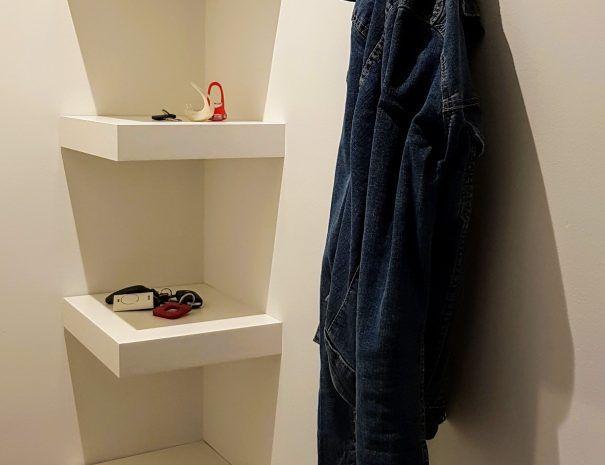 Appartement_zeezicht_oostende_de-loft_hal-kapstok_sleutels