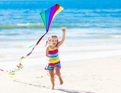 fille avec cerf-volant sur la plage