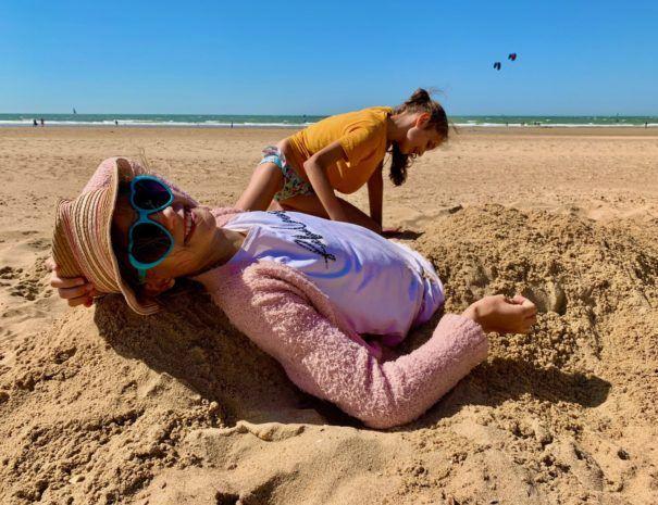 Kinderen spelen op strand - Oostende-Mariakerke - AppartementMetZeezicht.be
