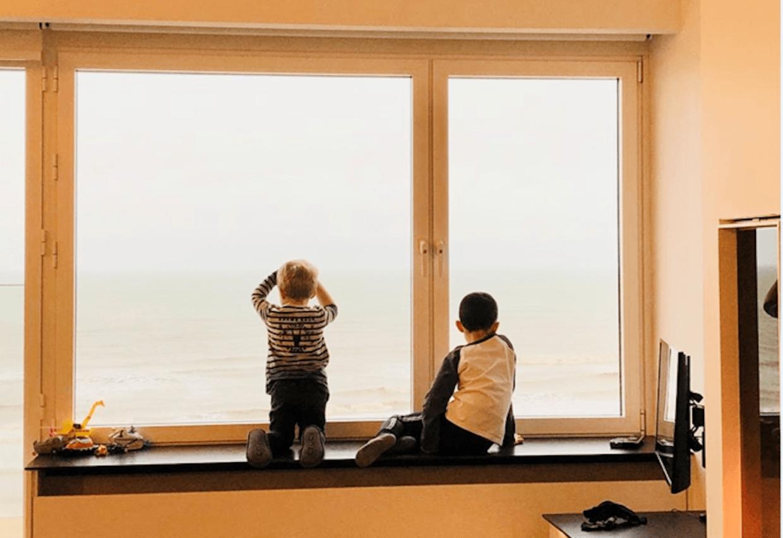 Twee jongetjes kijken naar zee