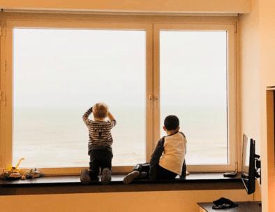 Zwei Jungen schauen auf das Meer